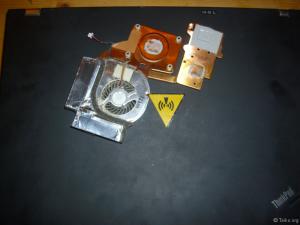 Thinkpad T61 geht wieder geräuschlos, Lüfter springt an. An den alten Lüfter inkl Kühlkörper sieht man oben Rechts das Pad an welchem die Folie bei dem neuen Lüfter abgezogen werden MUSS