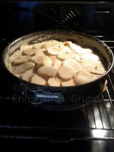 Apfelkuchen frisch im Backofen