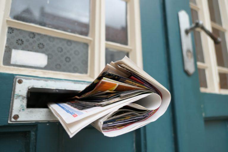 Zeitung in einem Türbriefkasten