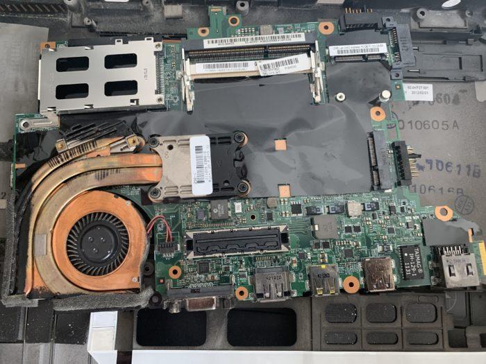 Thinkpad T420s auseinandergebaut und wartet auf die Reinigung und neue Wärmeleitpaste